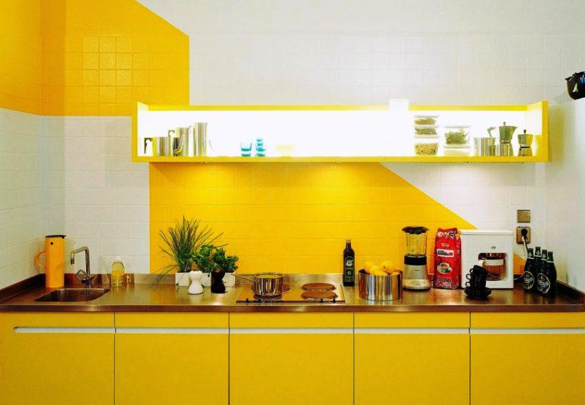 Добавить легкость и визуальное ощущение объема поможет желтый кухонный гарнитур