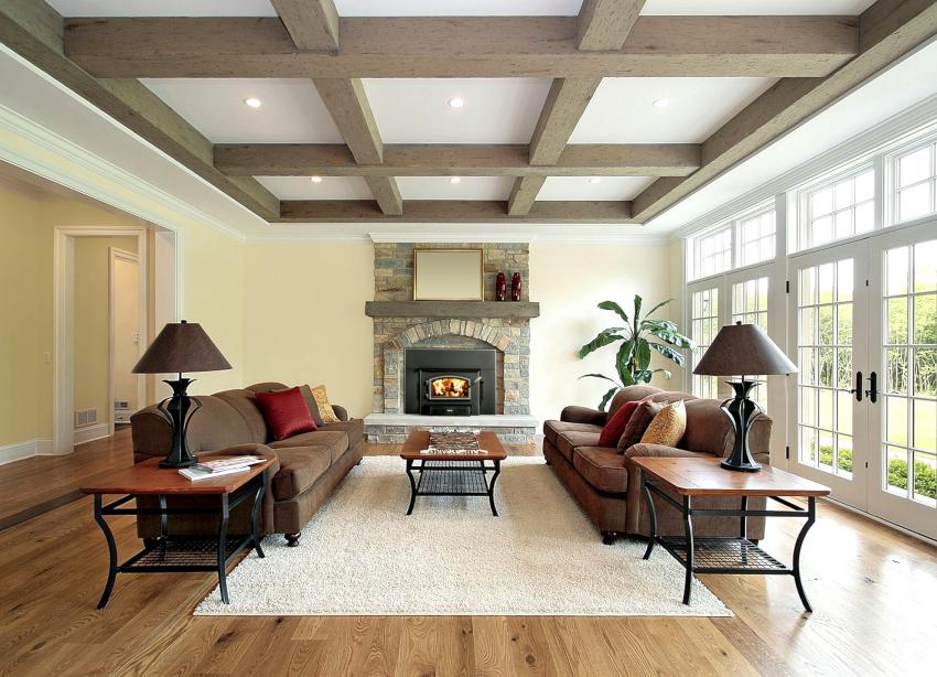 Некоторые стили интерьера подразумевают наличие деревянных балок на потолке