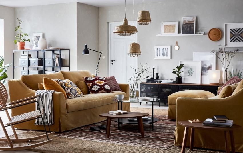 Вдоль стен или в углах комнаты можно расположить высокие открытые стеллажи или стеклянные полки для книг