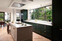 Однорядная или линейная схема планирования кухонного интерьера подходит как для маленьких, так и для больших комнат
