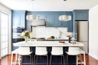 При выборе насыщенных цветов следует соблюдать сдержанность, чтобы не сделать кухню чересчур пестрой