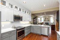 Белый цвет гарнитура легко гармонирует с большинством оттенков и подходит для оформления любого кухонного интерьера