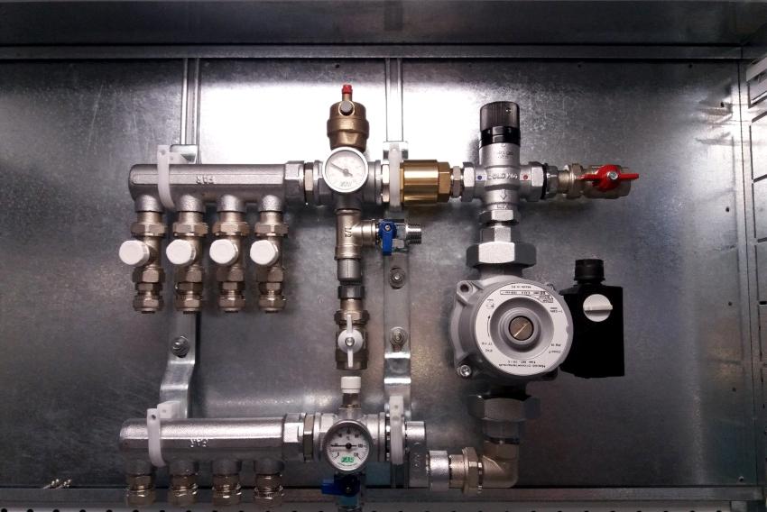 Простую систему можно установить самостоятельно, а монтаж коллектора отопления усовершенствованного типа лучше доверить специалисту