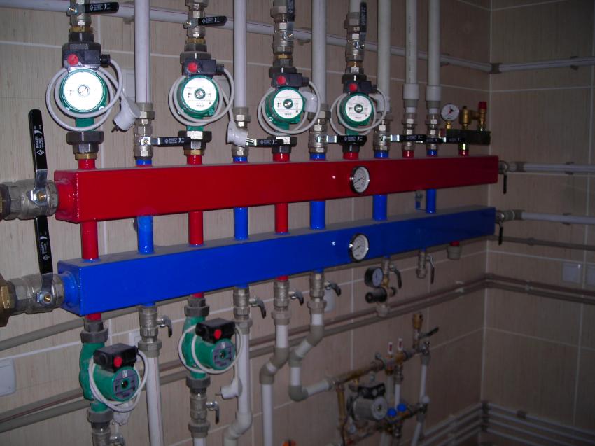 Для повышения комфорта применения горячей и холодной воды используются коллекторы с отсекающими кранами
