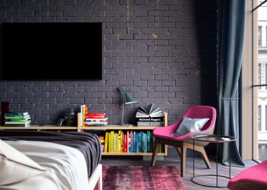 Нужно не забывать при оформлении комнаты в стиле лофт про яркие акценты в виде настенного декора, постельного белья, штор, подушек