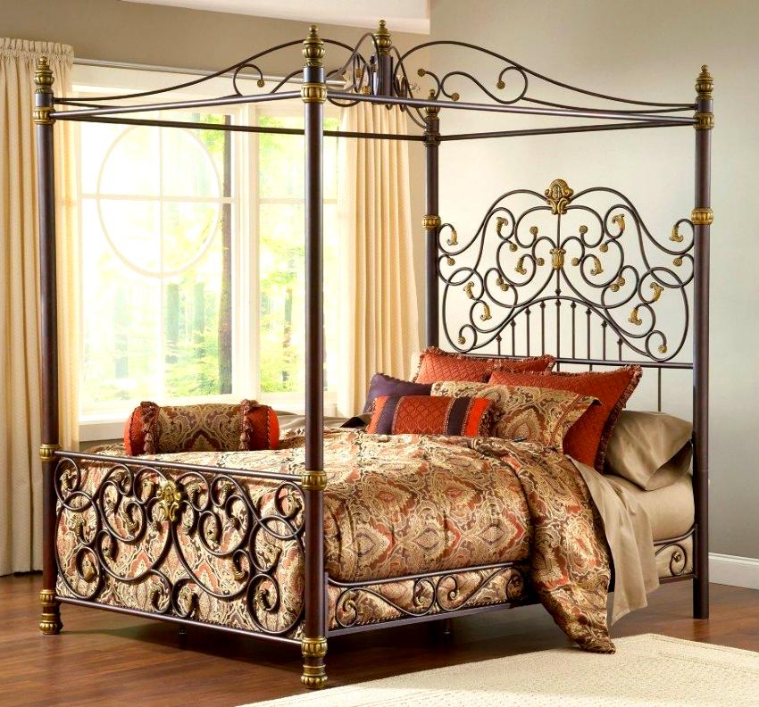 Кованые кровати имеют интересный дизайн: спинки в виде дуги, прямоугольника, квадрата, оригинальные прямые и с завитками решетки