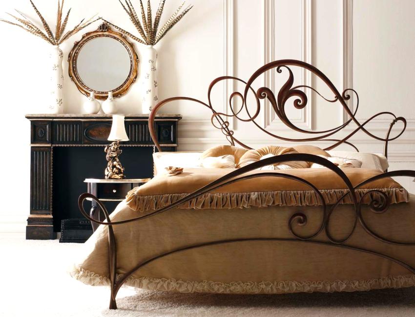Для того чтобы спальня с кованой кроватью была уютной, необходимо правильно подобрать аксессуары