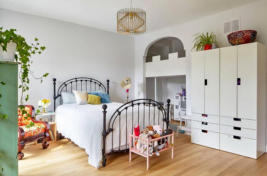 Красивая кованая кровать идеально подойдет для детской спальни