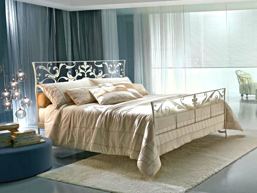 Белая кровать, подобранная со вкусом, способна стать доминирующим элементом интерьера