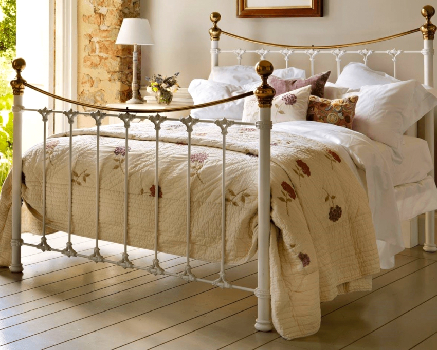 Выбрав белую кованую кровать, необходимо обязательно обеспечить гармоничное ее сочетание с другими предметами интерьера