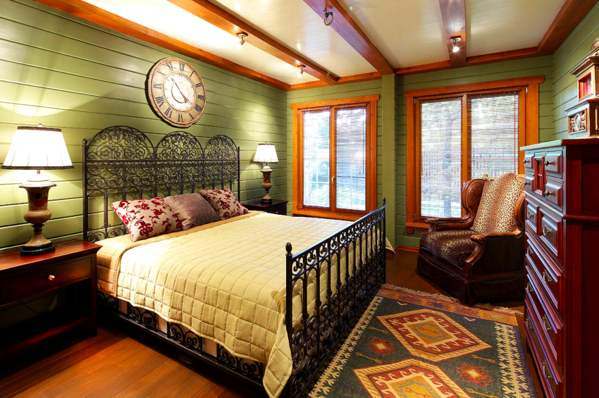 Если первостепенное значение имеет декоративность, выражение стиля, то стоит выбирать кровать с железной спинкой без мягкой обивки