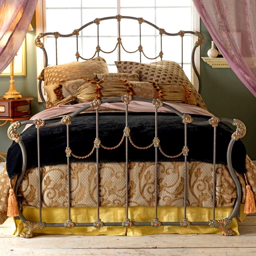 Высота кованой кровати позволяет организовать под ней место для хранения белья