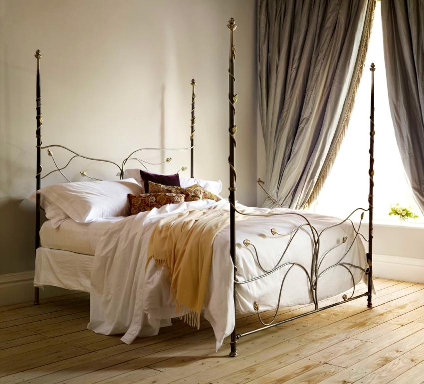 Кованая кровать является большим и выразительным предметом интерьера