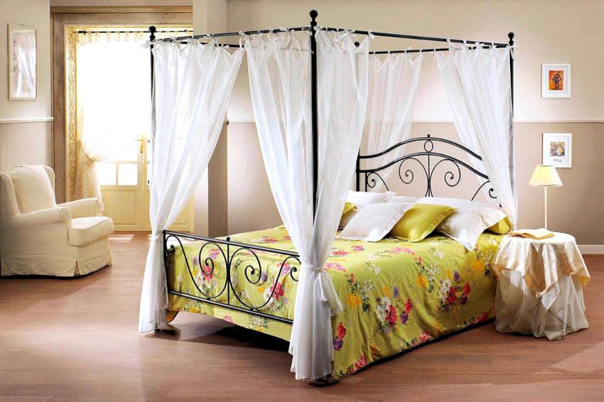 Кованая кровать с балдахином создает в спальне романтическую обстановку