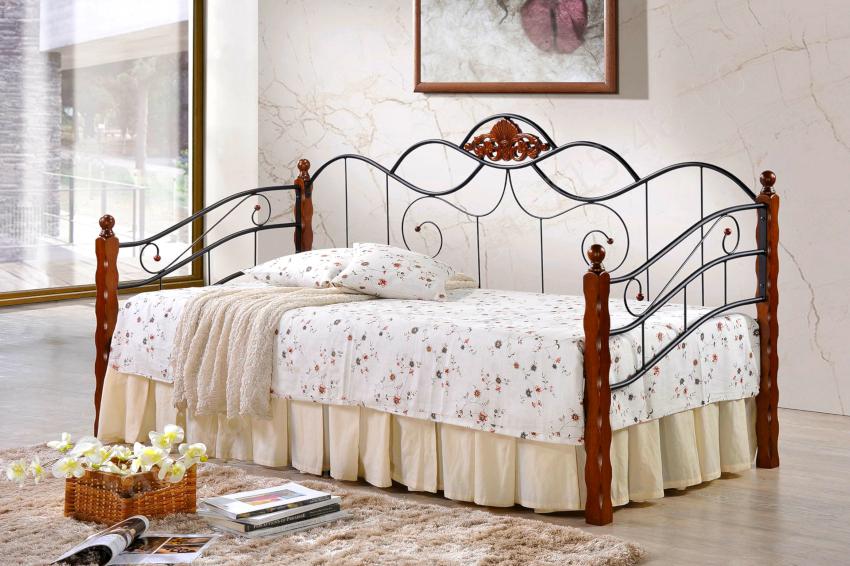 Прекрасным вариантом многофункциональной мебели являются кованые диваны-кровати