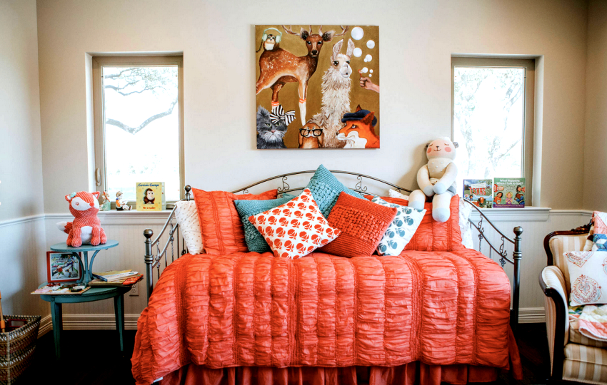 Для детской важно выбрать вариант, не перенасыщенный декором и гармонирующий с другой мебелью в комнате