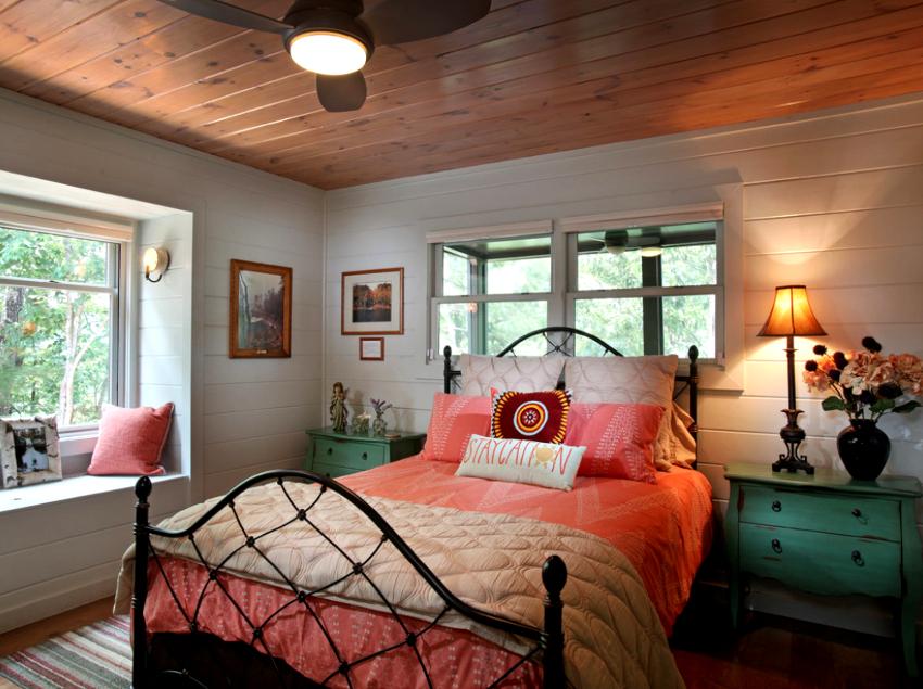 Общее восприятие кованой кровати во многом зависит от интерьера и размеров комнаты