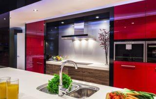 Красная кухня: яркая и эффектная, идеальная для энергичных и общительных людей
