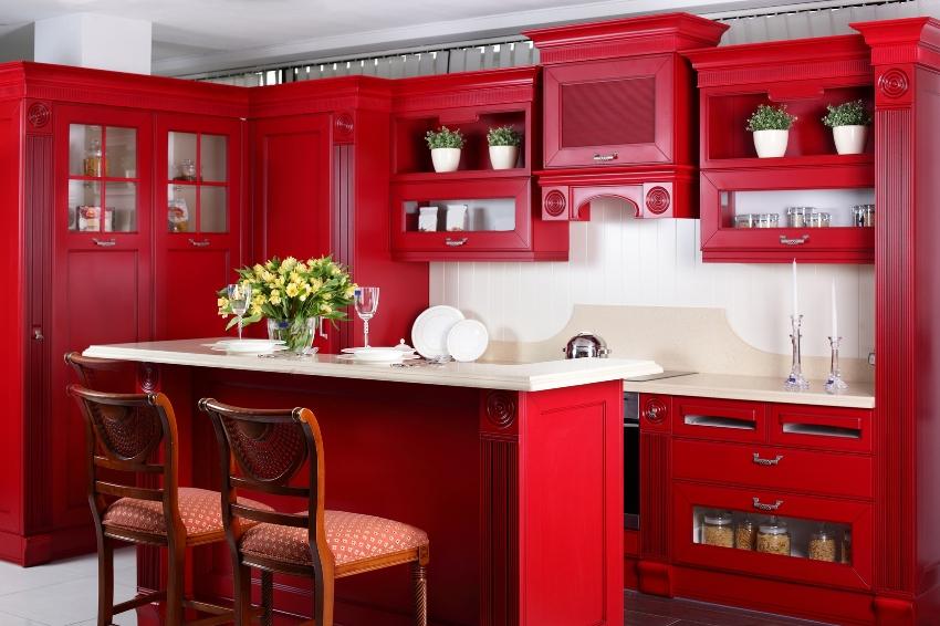 Использование в интерьере кухни насыщенного красного цвета зрительно уменьшает помещение