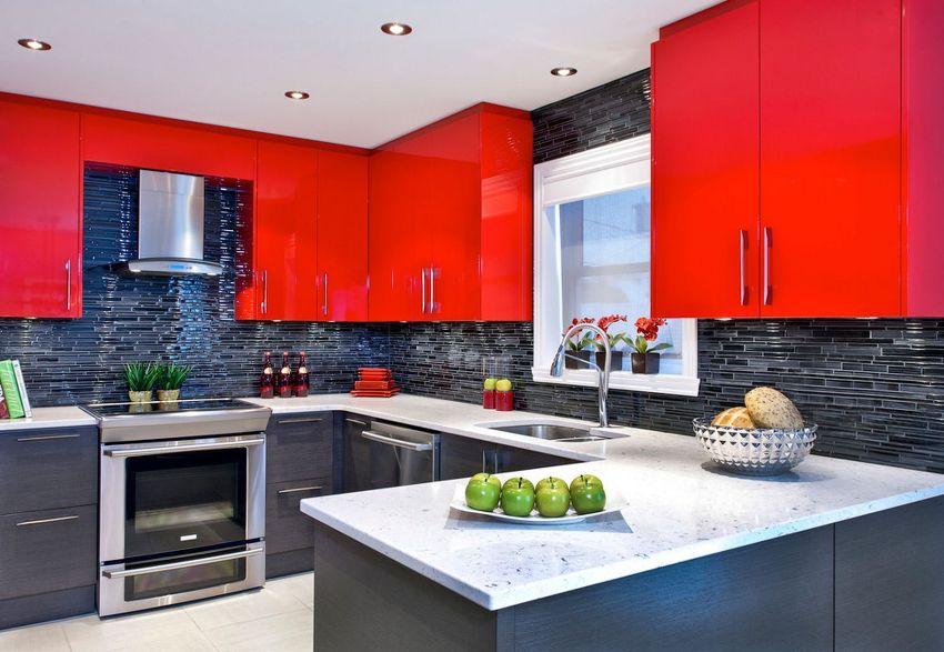 В интерьере маленькой кухни красный цвет лучше использовать только в качестве акцентов, которые не перегрузят пространство