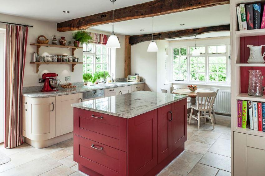 Бордо является универсальным цветом, он сочетается с любыми оттенками на кухне