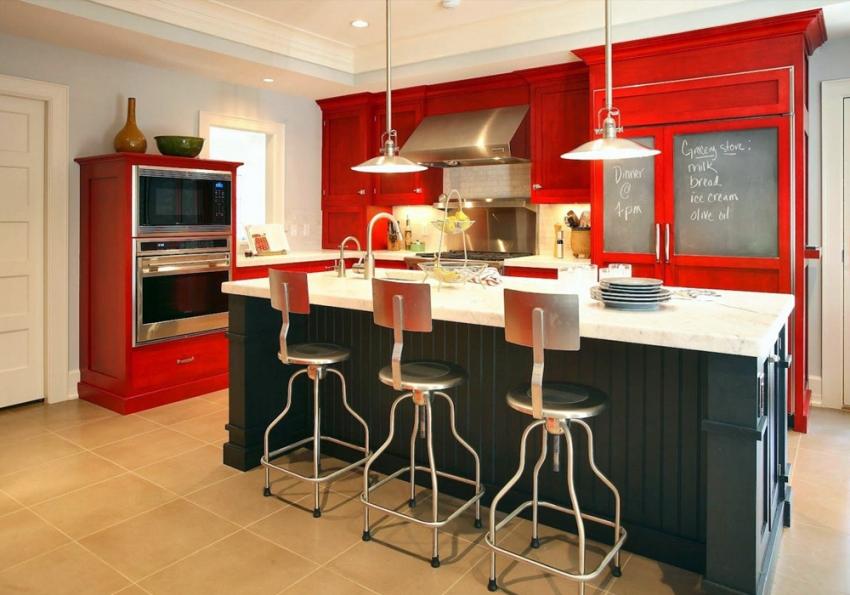 Выбирая красную кухню, следует быть внимательным и осторожным