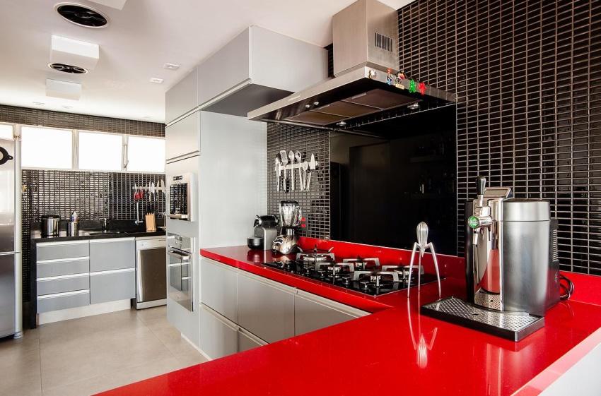 Красный цвет в сочетании с черным в оформлении кухни — одна из актуальных тенденций последнего времени