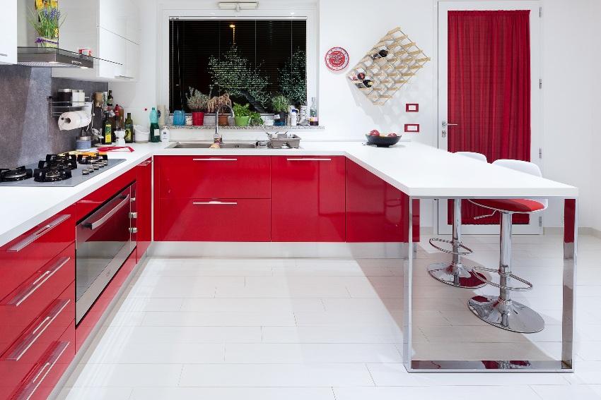 Мягкие красные цвета желательно комбинировать с серым и белым цветом