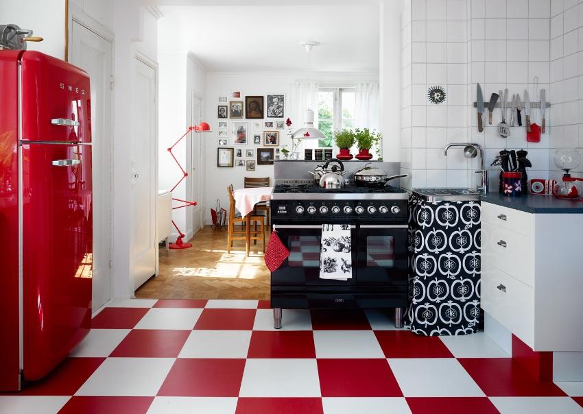 Отличное решение — красный холодильник, который санет ярким арт-объектом на любой кухне