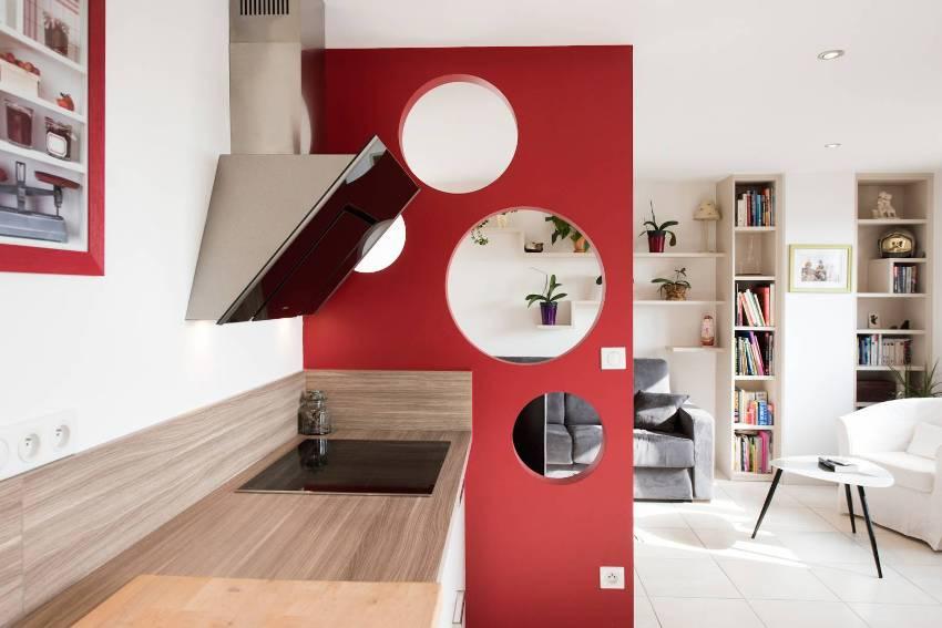Красная мебель на белом фоне будет выглядеть особенно эффектно