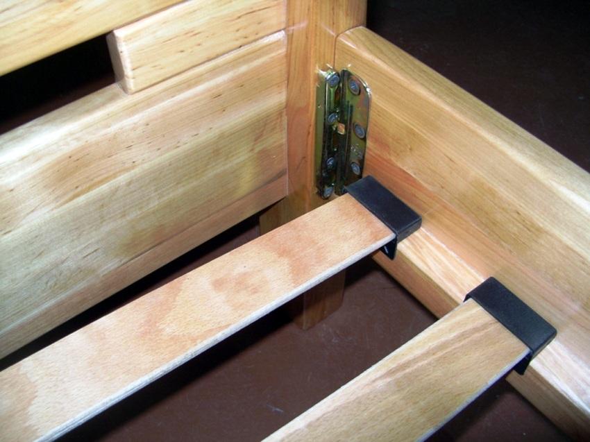 Для того чтобы мебель была надежной, угловые соединения собираем с использованием г-образных метизов и саморезов