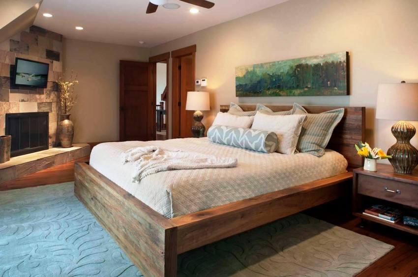 Вариант деревянной кровати обязательно должен подходить под стилевое оформление комнаты