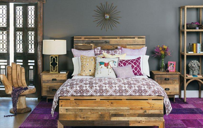 Деревянная кровать создает атмосферу тепла и уюта в комнате