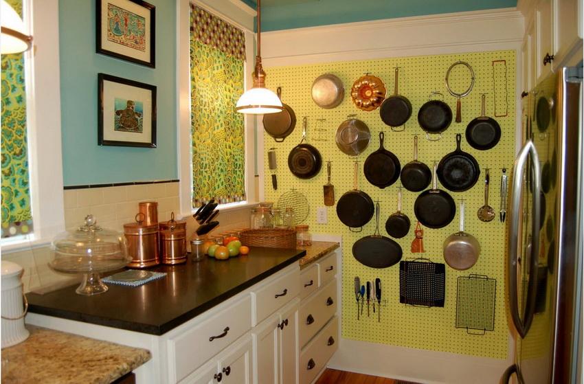 Эффективная оптимизация хранения кухонной утвари - одно из главных правил экономии пространства маленькой кухни
