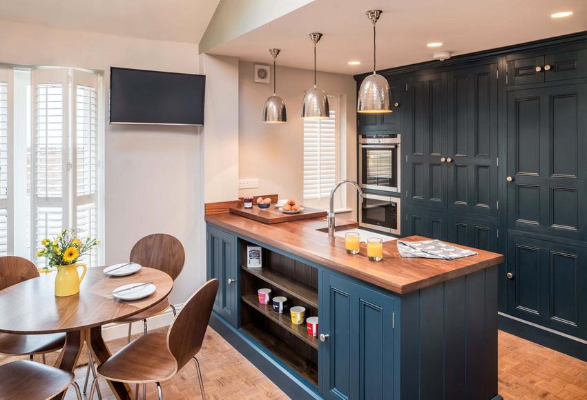 Как правило, кухня оформляется в сдержанной цветовой гамме, исключение составляют лишь некоторые современные стили