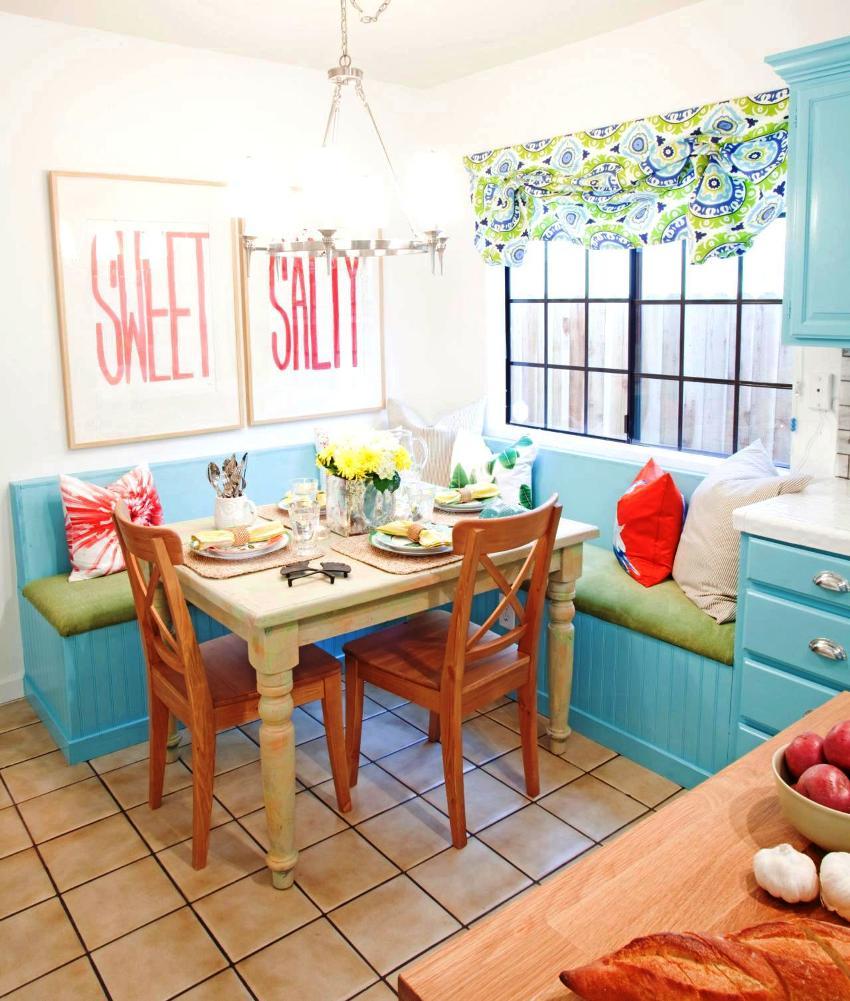 Кухонный уголок гораздо компактнее стульев, на нем могут с легкостью разместиться пятеро человек