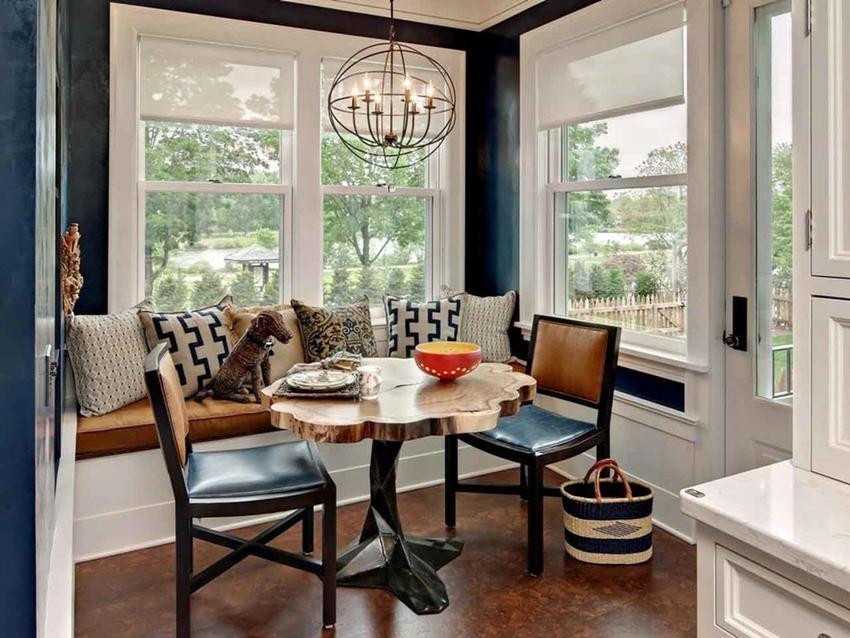 Кухонный уголок, помимо стола, может быть укомплектован табуретами или же стульями