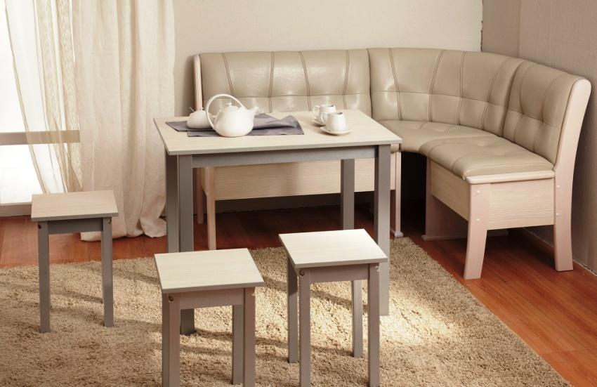 Табуретки и стулья можно купить как в комплекте с уголком, так и отдельно