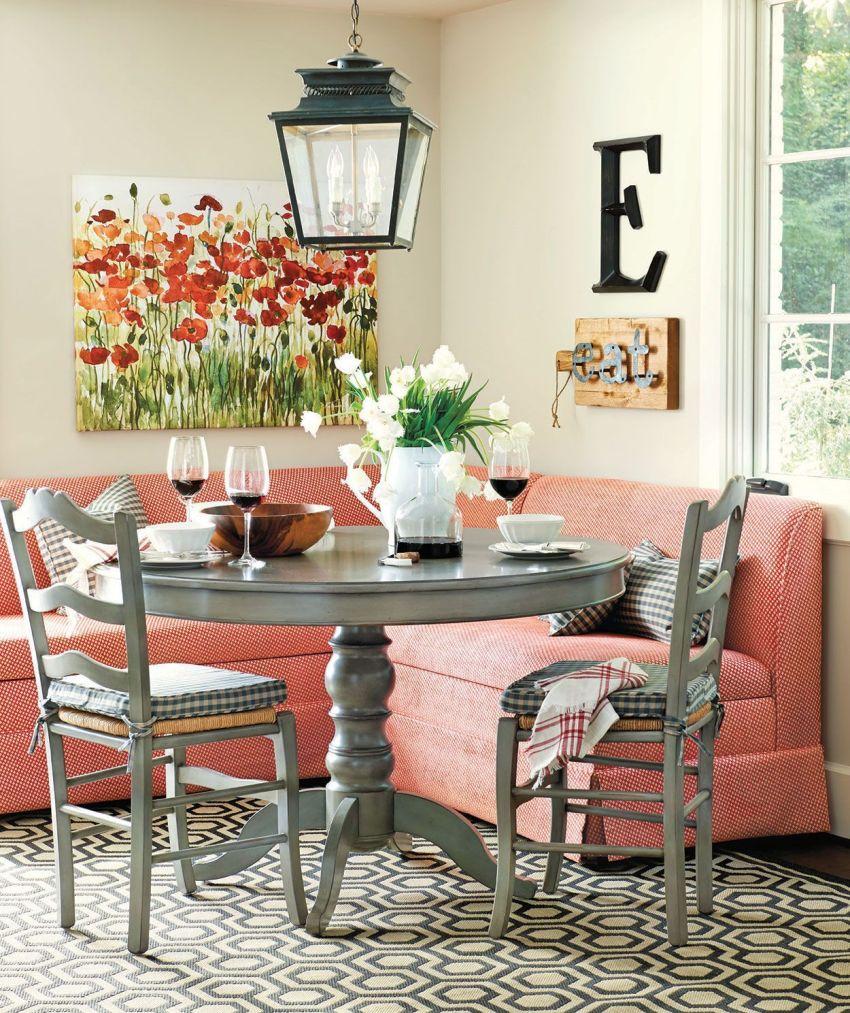 Круглый стол в комплекте с уголком занимает много места и требует просторной кухни