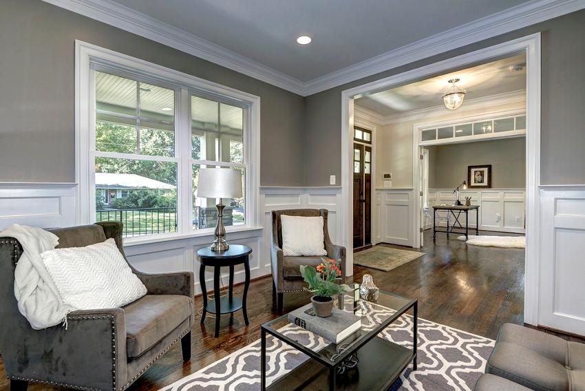Для отделки стен маленькой гостиной идеальным вариантом является однотонная покраска