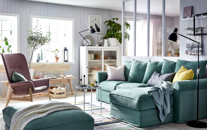 Оформляя гостиную-спальню, важно правильно подобрать место для кровати и зону для приема гостей