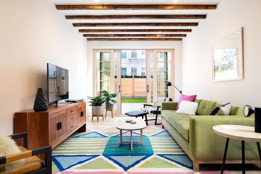 Элементы мебели, выбранные для небольшого зала, должны иметь простую конструкцию, лаконичные формы и сдержанный дизайн