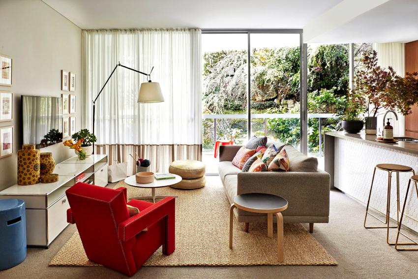 Чтобы комната не получилась пестрой, при обустройстве помещения следует задействовать не более 5 ярких оттенков
