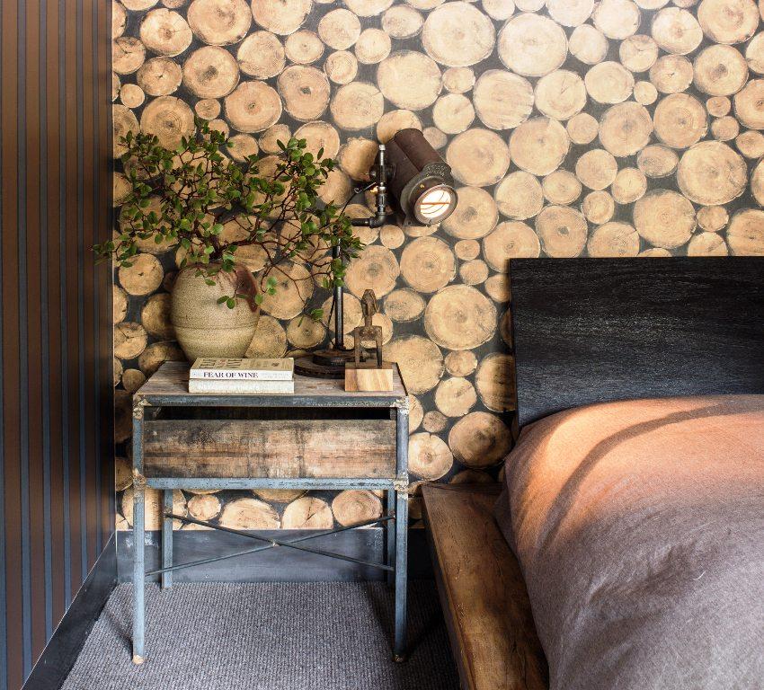 Можно оформить отдельные стены с помощью обоев, изображающих кирпичную стену, бетонную поверхность, каменную кладку или дерево