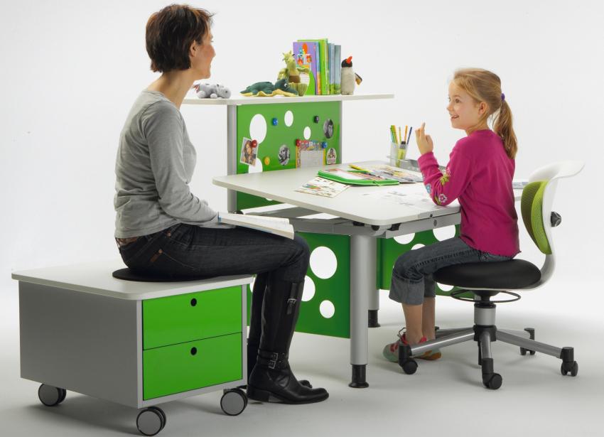 Кресло обеспечивающее правильное положение тела ребенка, помогает ему эффективнее трудиться над выполнением домашнего задания