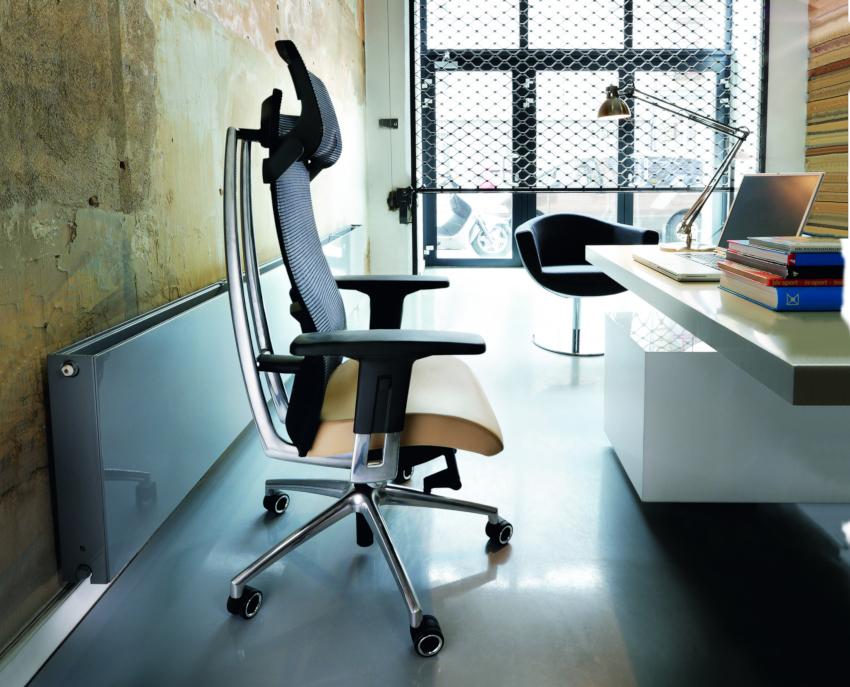 Ортопедическое кресло для работы за компьютером имеет возможность регулировки высоты спинки и подлокотников, а также менять угол наклона спинки