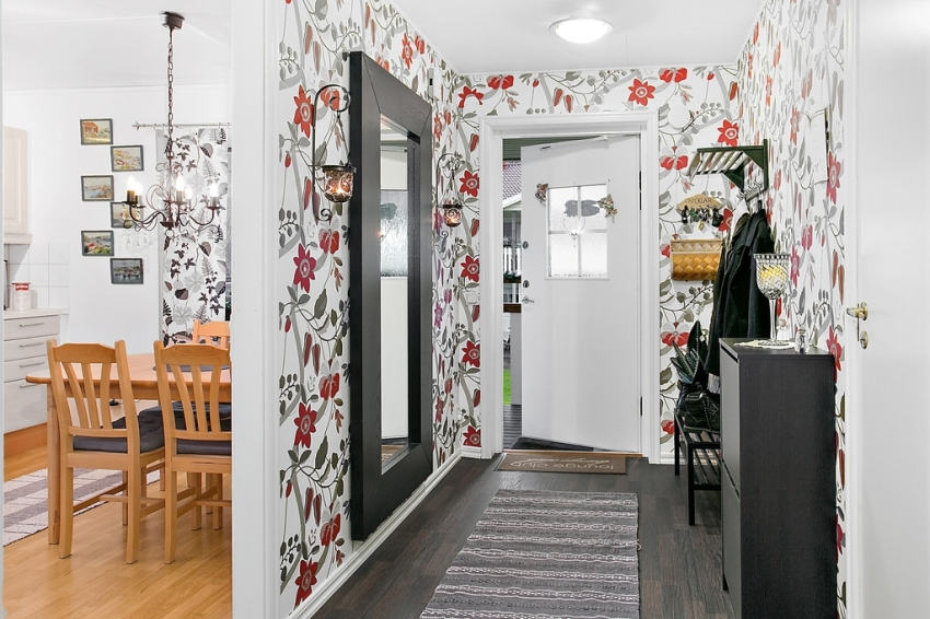 Making the design of the hallway is a difficult job, because few people can boast of a large area of this room.