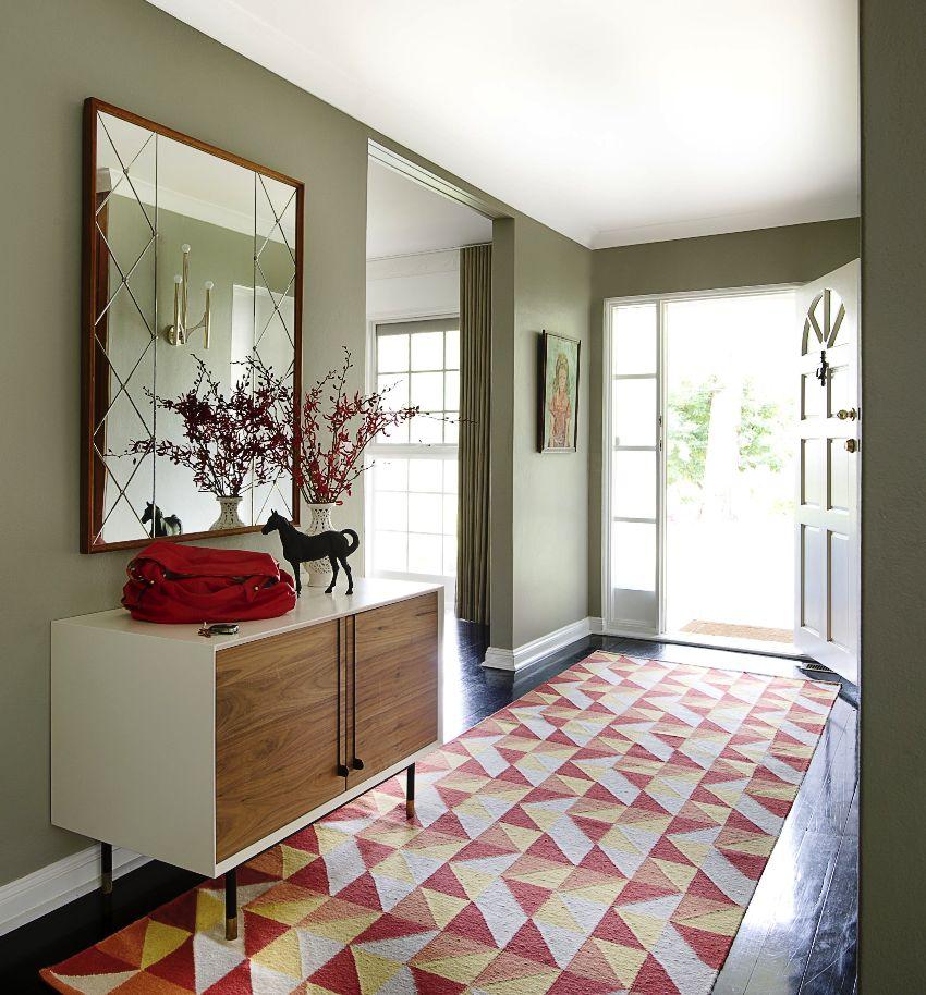 Оформление пространства прихожей арками зрительно увеличивает комнату