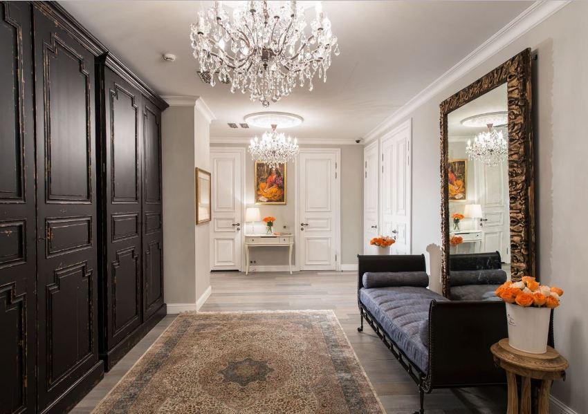 При оформлении коридоров в классическом стиле, как правило, используют сдержанные цвета