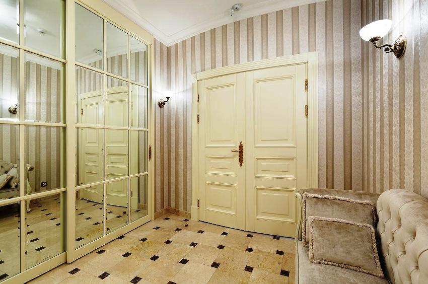 Для оформления стен можно использовать обои, которые не имеют яркого орнамента